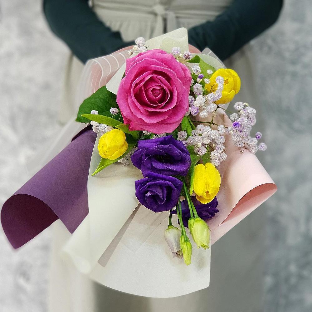 Милый букет из роз, тюльпанов и лизиантуса