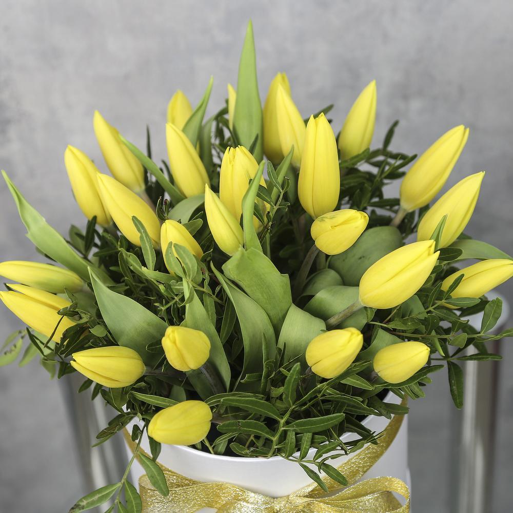 25 желтых тюльпанов в коробке